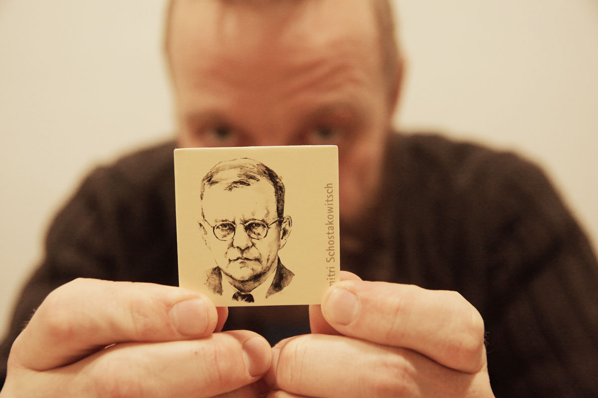 Thomas Gansch versteckt sich hinter Dimitri Schostakowitsch, den er sehr verehrt. Wir waren uns uneins darüber, ob Schostakowitsch und Henry Jones (der Vater von Indiana) den gleichen Optiker hatten.