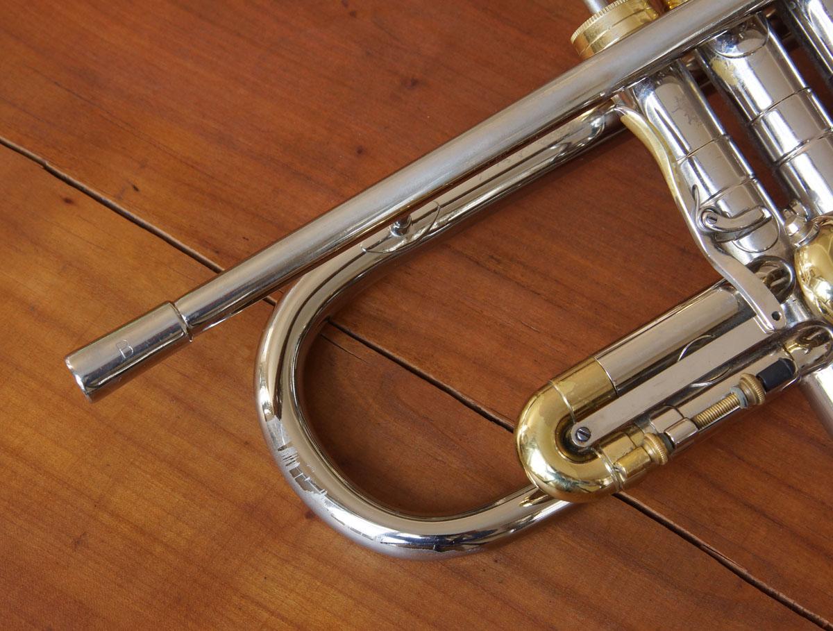 Weit über den Becherbogen ragendes Mundrohr, Trigger am esrten Ventilzug und eine verschwenderische Vernickelung. Das zeichnet eine Connstellation aus. Das B auf dem Receiver steht für Trompete, bei Kornetten war ein A graviert.