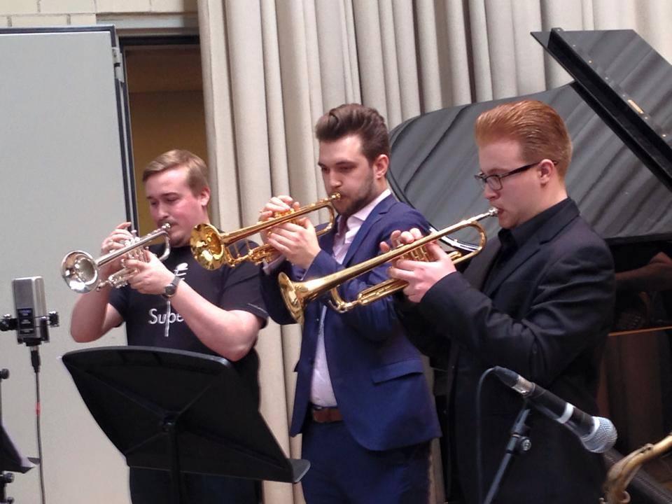 Goldene Trompete und blauer Anzug. Passt gut zusammen. Foto: Louis Dowdeswell privat.