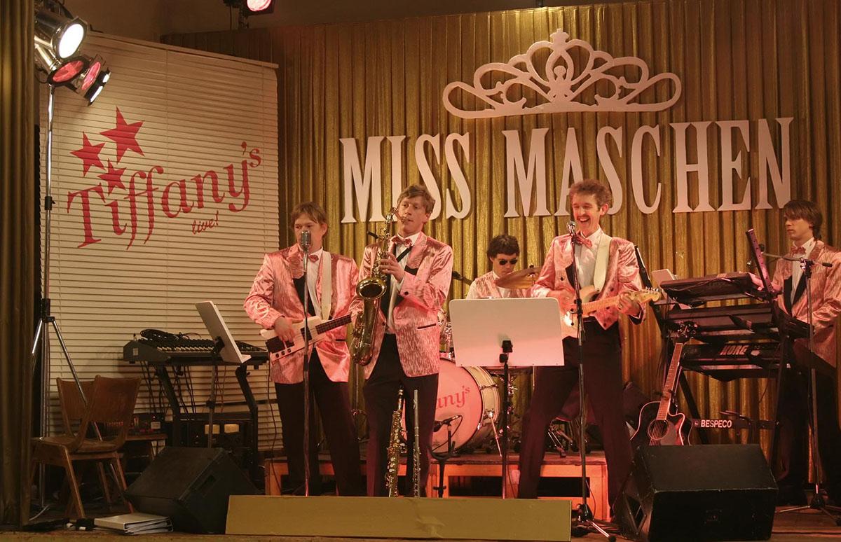 Auch so kann ein Musikerleben aussehen: Tanzkapelle, Schützenfest, Schlagermelodie und schöne Kostüme. Schön, wenn man es zum Spaß macht, vielleicht weniger, wenn man es machen muss.