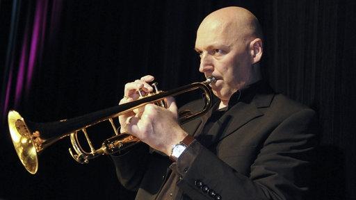 Wim Both wechselt sich in der WDR-BIg Band mit Andy Haderer an der ersten Stimme ab - zwischen den Stücken.