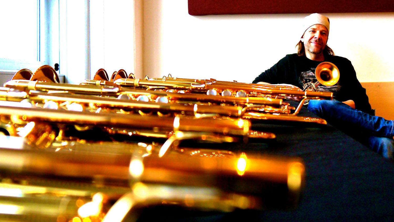"""Rüdiger Baldauf vor """"seinen"""" Trompeten des feinjustierten Typs 8335LA. Foto: RB privat"""